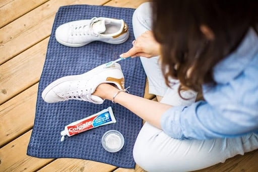 đánh giày bằng kem đánh răng 1