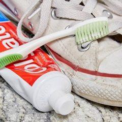 đánh giày bằng kem đánh răng